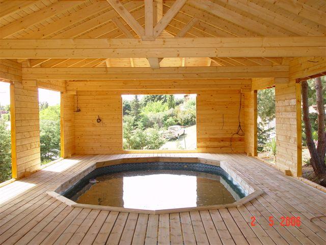 cette piscine bois est sous un abris de jardin en bois