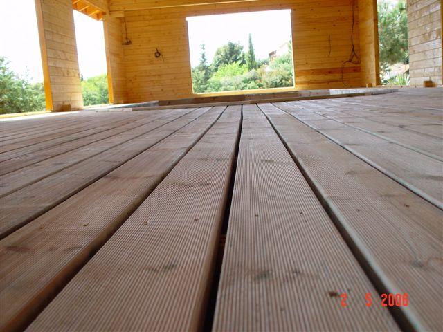 terrasse de la piscine sous abris bois