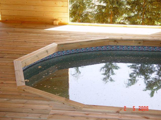 réalisation d'un chalet en bois pour en faire un abri de piscine