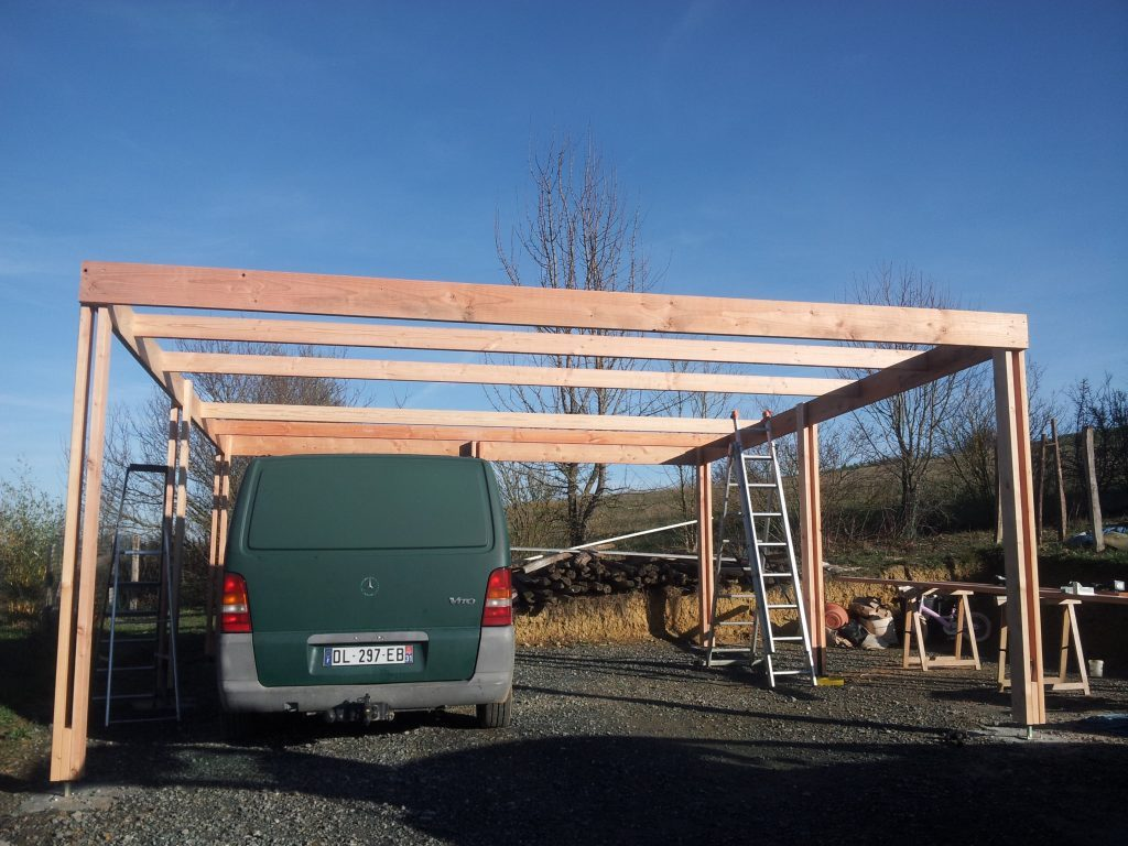 Construction d'un carport mono pente en bois.