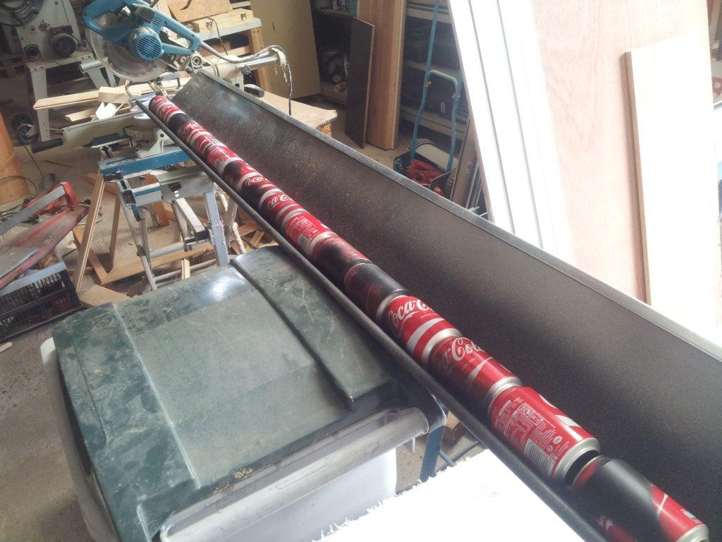 alignement des canettes de coca pour les collée ensemble
