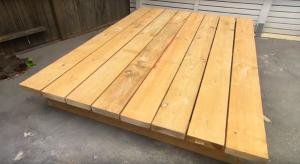 Ce papa construit un lit pour le jardin.